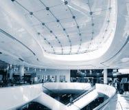 Moderne glatte Einkaufenarchitektur im Mall Lizenzfreies Stockfoto