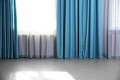 Moderne gordijnen stock foto. Afbeelding bestaande uit hang - 26557420