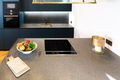 Moderne Granit-Küchenarbeitsplatte Stockfotos