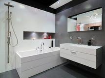 Moderne grijze badkamers Stock Fotografie