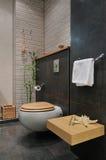 Moderne grijze badkamers Royalty-vrije Stock Afbeeldingen