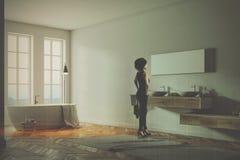 Moderne grijze gestemde badkamershoek Stock Foto's