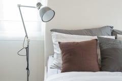Grijze Slaapkamer Lamp : Moderne slaapkamer met moderne grijze lamp stock images 87 photos