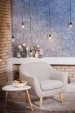 Moderne grijze stoel in de ruimte van de zolderstijl Stock Foto