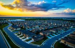 Moderne großartige lebende Austin Texas Suburb-Vororte steuern automatisch an und bringen Tausenden bei erstaunlichem Sonnenunter lizenzfreie stockfotografie