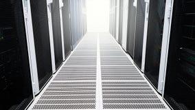 Moderne große Datenserver-Raumkorridorhalle mit den Hochregalen voll von den Netzwerk-Servern und Speicherblätter und Sonnenlic stockfotografie