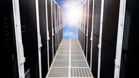 Moderne große Datenserver-Raumkorridorhalle mit den Hochregalen voll von den Netzwerk-Servern und von den Speicherblättern lizenzfreie abbildung
