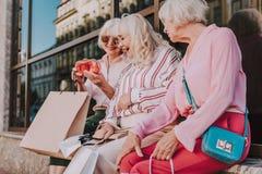 Moderne Großmütter betrachten neue stilvolle Kupplung lizenzfreie stockfotografie