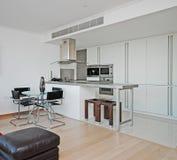 Moderne Großraumküche Stockbild
