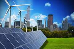 Moderne groene stad die slechts door hernieuwbare energiebronnen wordt aangedreven stock afbeeldingen