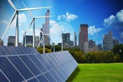 Moderne groene stad die slechts door hernieuwbare energiebronnen wordt aangedreven stock foto's