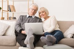 Moderne Grootouders Het hogere paar websurfing op laptop royalty-vrije stock foto