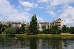 Moderne Häuser über einem See Lizenzfreie Stockfotografie