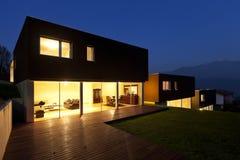 Moderne Häuser bis zum Nacht Stockfotografie