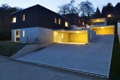 Moderne Häuser bis zum Nacht Lizenzfreies Stockbild