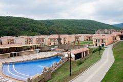 Moderne Häuser im Berg Stockbilder