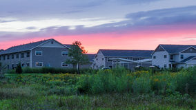 Moderne Häuser im Hintergrund des Sonnenuntergangs Lizenzfreies Stockfoto