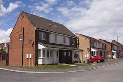 Moderne Häuser mit Parkplatz Lizenzfreie Stockbilder