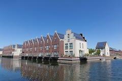Moderne Häuser mit Sonnenkollektoren stockbild
