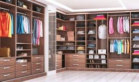 Moderne hölzerne Garderobe mit der Kleidung, die an der Schiene im Weg im Wandschrankdesigninnenraum hängt lizenzfreies stockbild