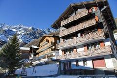 Moderne hölzerne Hotels im reizend Schweizer Erholungsort der Saas-Gebühr Lizenzfreie Stockfotos