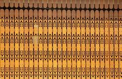 Moderne hölzerne Tür mit gelber Kunstart der Blume lizenzfreie stockfotos