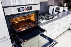 Moderne hallo -hallo-tek keuken, oven met open deur stock fotografie