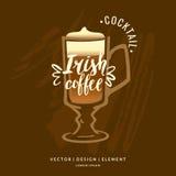Moderne Hand gezeichneter Beschriftungsaufkleber für Irishcoffee des Alkoholcocktails Lizenzfreie Stockfotos