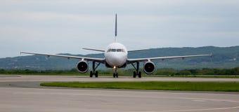 Moderne Handelspassagierflugzeugflugzeuge auf Flugplatz Reise- und Ferienkonzept Luftfahrt und Transport lizenzfreie stockfotografie