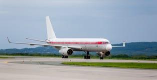 Moderne Handelspassagierflugzeugflugzeuge auf Flugplatz Reise- und Ferienkonzept Luftfahrt und Transport lizenzfreies stockbild