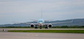 Moderne Handelspassagierflugzeugflugzeuge auf Flugplatz Reise- und Ferienkonzept Luftfahrt und Transport lizenzfreie stockbilder