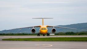 Moderne Handelspassagierflugzeugflugzeuge auf Flugplatz Reise- und Ferienkonzept Luftfahrt und Transport stockbild