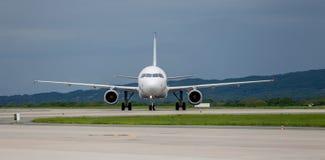Moderne Handelspassagierflugzeugflugzeuge auf Flugplatz Reise- und Ferienkonzept Luftfahrt und Transport stockbilder