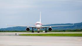 Moderne Handelspassagierflugzeugflugzeuge auf Flugplatz Reise- und Ferienkonzept Luftfahrt und Transport lizenzfreie stockfotos
