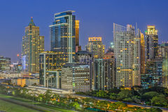 Moderne Handelsstadt (Bangkok) in der Nacht lizenzfreie stockfotos