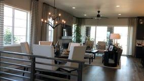 Moderne Hauptinnenarchitektur Eckiges Sofa und Abendessenlastwagen im Innenraum lizenzfreie stockfotos