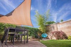 Moderne Hausterrasse im Sommer mit Schattensegel Lizenzfreies Stockfoto