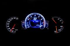 Moderne helle Autokilometerzahl auf schwarzem Hintergrund 33 MPH Stockfotos