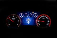 Moderne helle Autokilometerzahl auf schwarzem Hintergrund 25 MPH Stockfotografie