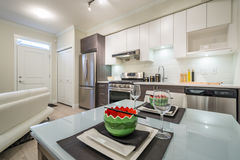Moderne helle Küche mit einem Abendtische Stockfoto
