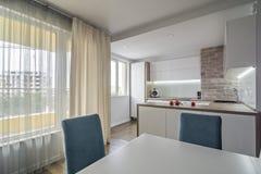 Moderne, helle weiße Küche mit einem übersichtlichen Design Stockfotos