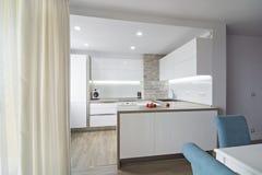 Moderne, helle weiße Küche mit einem übersichtlichen Design Lizenzfreie Stockfotos