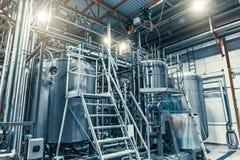 Moderne het staaltanks van de brouwerijproductie en pijpen, machineshulpmiddelen en vaten, bierproductie royalty-vrije stock afbeelding