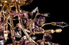 Moderne High-tech kroonluchter met bloemendiekristallen op zwarte worden geïsoleerd Stock Afbeeldingen