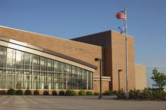 Moderne Highschool mit Amerikaner- und Zustandmarkierungsfahne Lizenzfreies Stockfoto