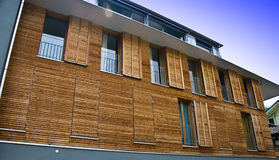 Moderne hölzerne Hausfassade Stockfotos