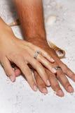 Moderne Hochzeitshände in den weißen Sanden Lizenzfreie Stockfotografie