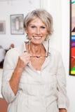 Moderne hogere dame met lezingsglazen Royalty-vrije Stock Foto