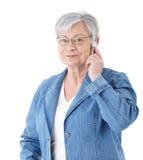 Moderne hogere dame op mobiele telefoon Royalty-vrije Stock Foto's