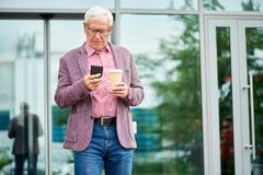 Moderne Hogere Mens Texting in openlucht stock foto's